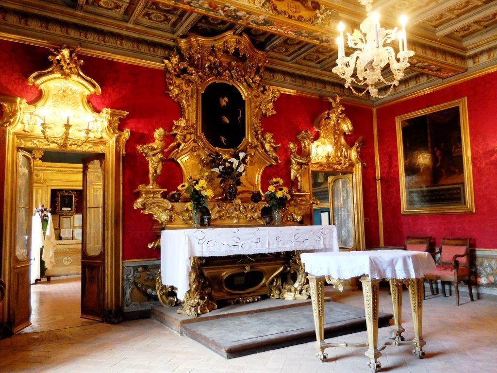 L'altare di san Luigi Gonzaga presso le camere del Collegio Romano dove Luigi e altri gesuiti hanno vissuto.