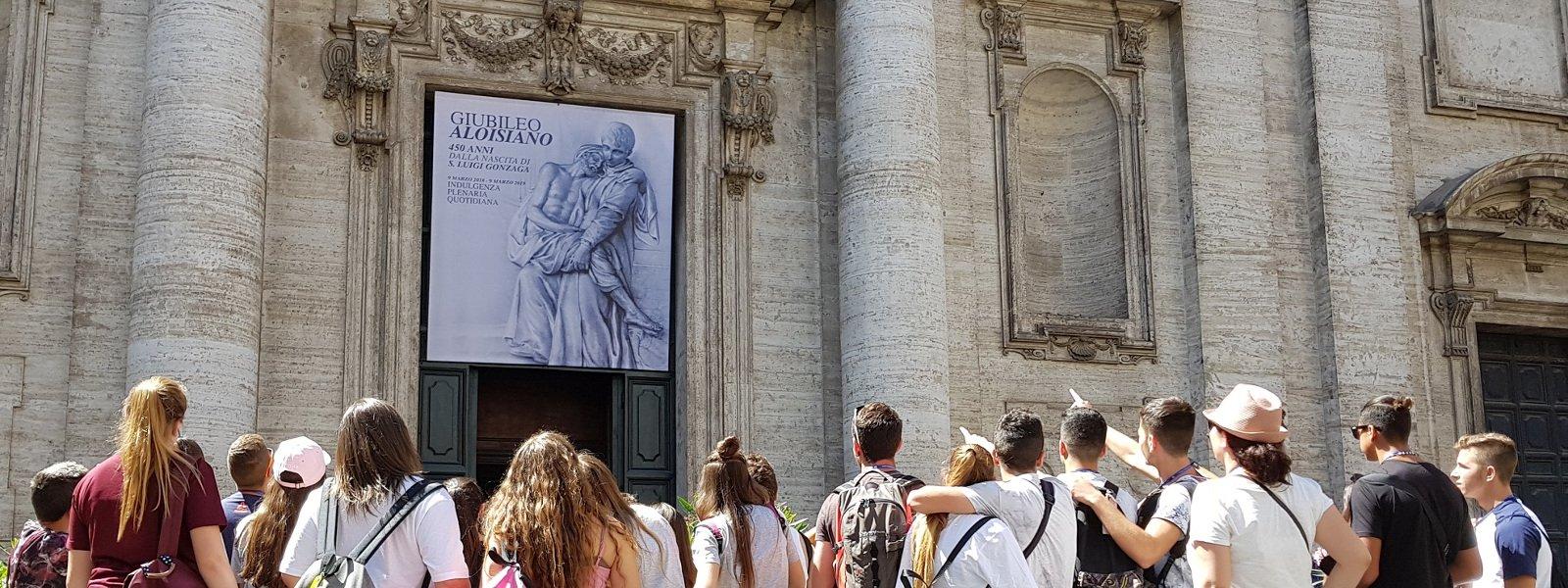 Gruppo di giovani visita la chiesa di sant'Ignazio a Roma in occasione del Giubileo Aloisiano (2018-2019)