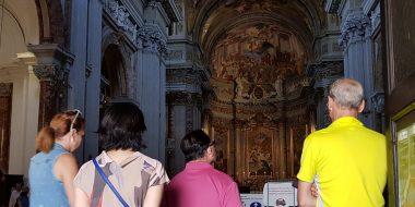 Gruppo di turisti e pellegrini visita la chiesa di sant'Ignazio a Roma (visite guidate gratuite)